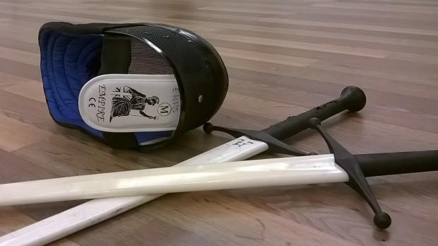 Nylon-pitkämiekat ja miekkailumaski: näillä pääsee jo hyvin alkuun.