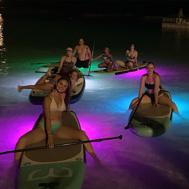 Night glow paddle🤩...friends, family, fun! . . . #nightpaddle #glowpaddle #paddlehi #sup #standuppaddle #hawaii #koolina #lagoon #fun #nightlife