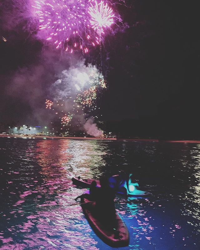 @fouroceanshawaii Tomorrow night will have fireworks, come on down and experience something incredible on the water during this incredible light show! Thanks to @hifoodwinefest @koolinafun @koolinaresort . . . #hawaii #glowpaddle #glowsup #paddle #sup #fireworks #oahu #party #hiwineandfoodfest #koolina