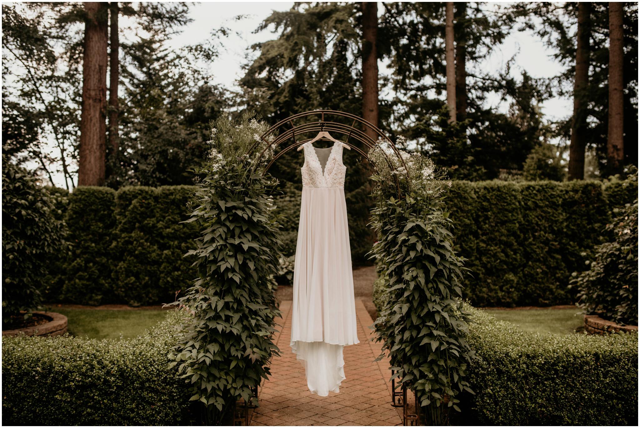erin-and-tyler-evergreen-gardens-bellingham-wedding-photographer-002.jpg