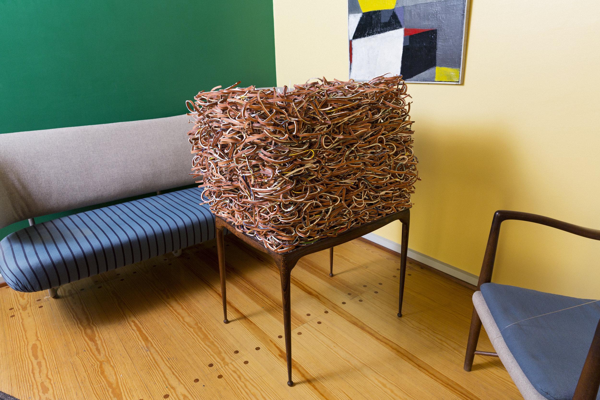 Trine Hovden,  Dialog , 2017. Stedsspesifikk skulptur/installasjon – silketrykk på leirgods. Foto: Lykt AS