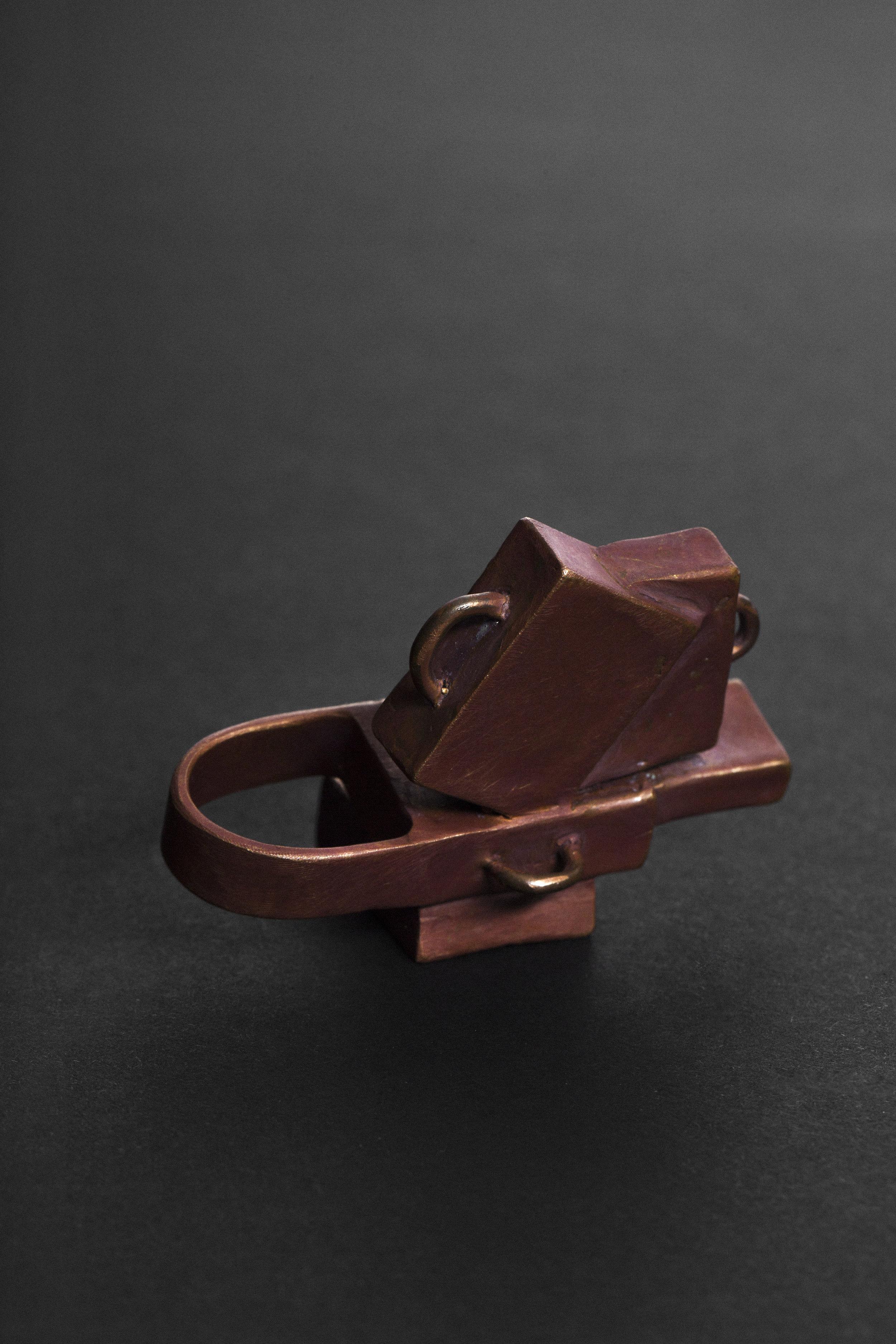 Nanna Melland, Koffertring , 2016. Ring – støpt bronse. Foto: Lykt AS