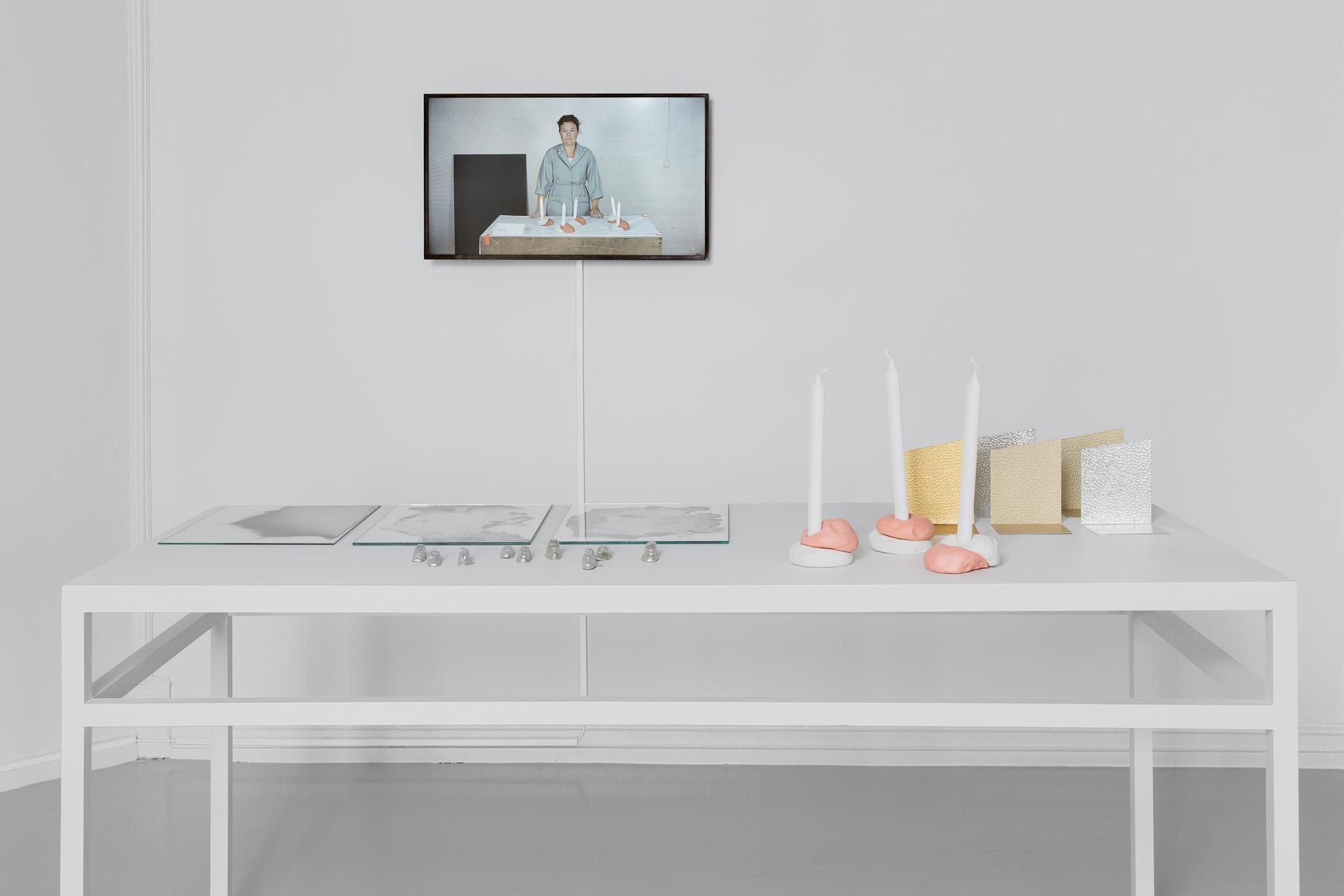 Jenny Nordberg ,   3 to 5 seconds: Rapid Handmade Production , 2014. Video og objekter. Foto: Istvan Virag