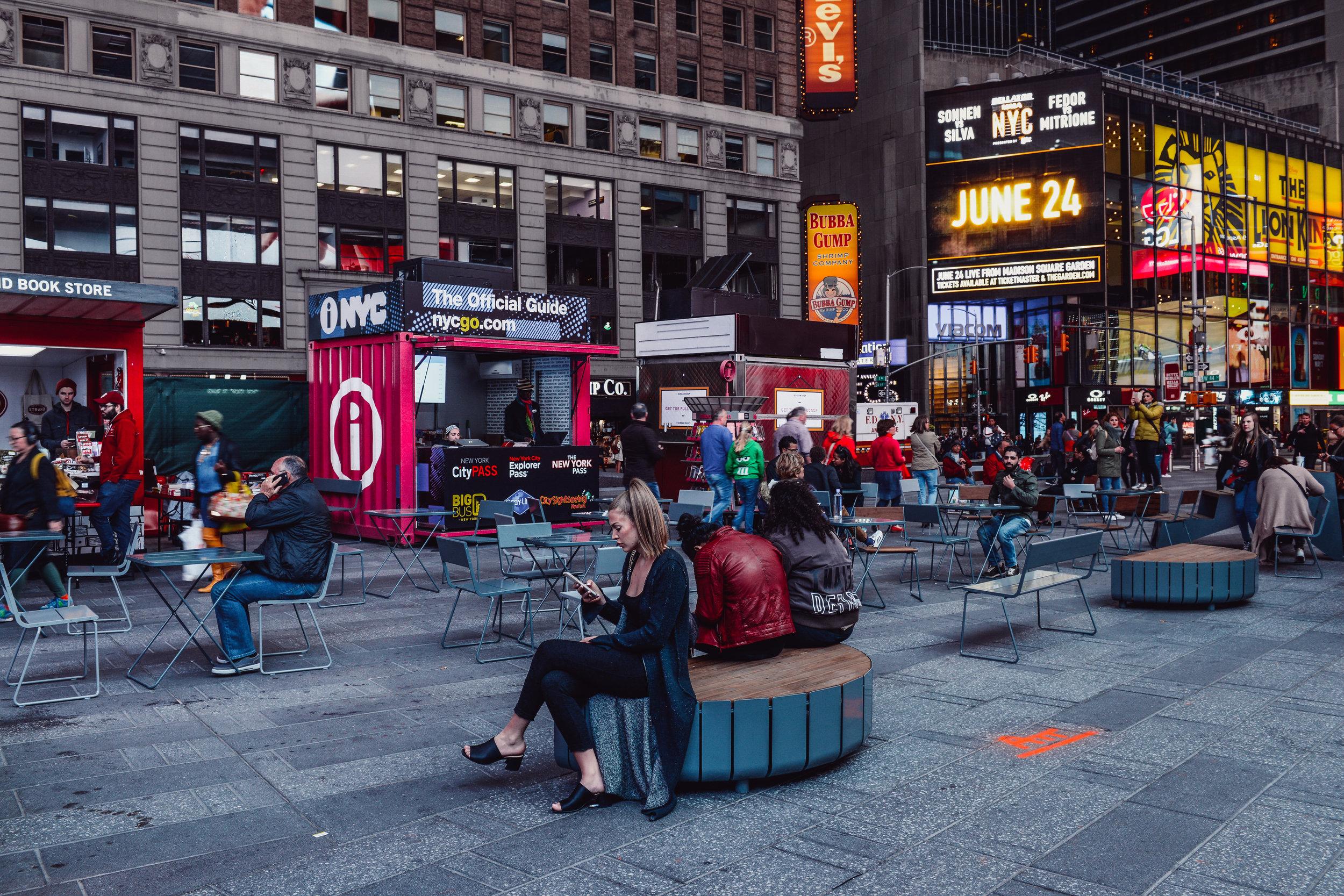 Vestre møblerer Time Square med sine bymøbler. Foto: Vestre Street Furniture