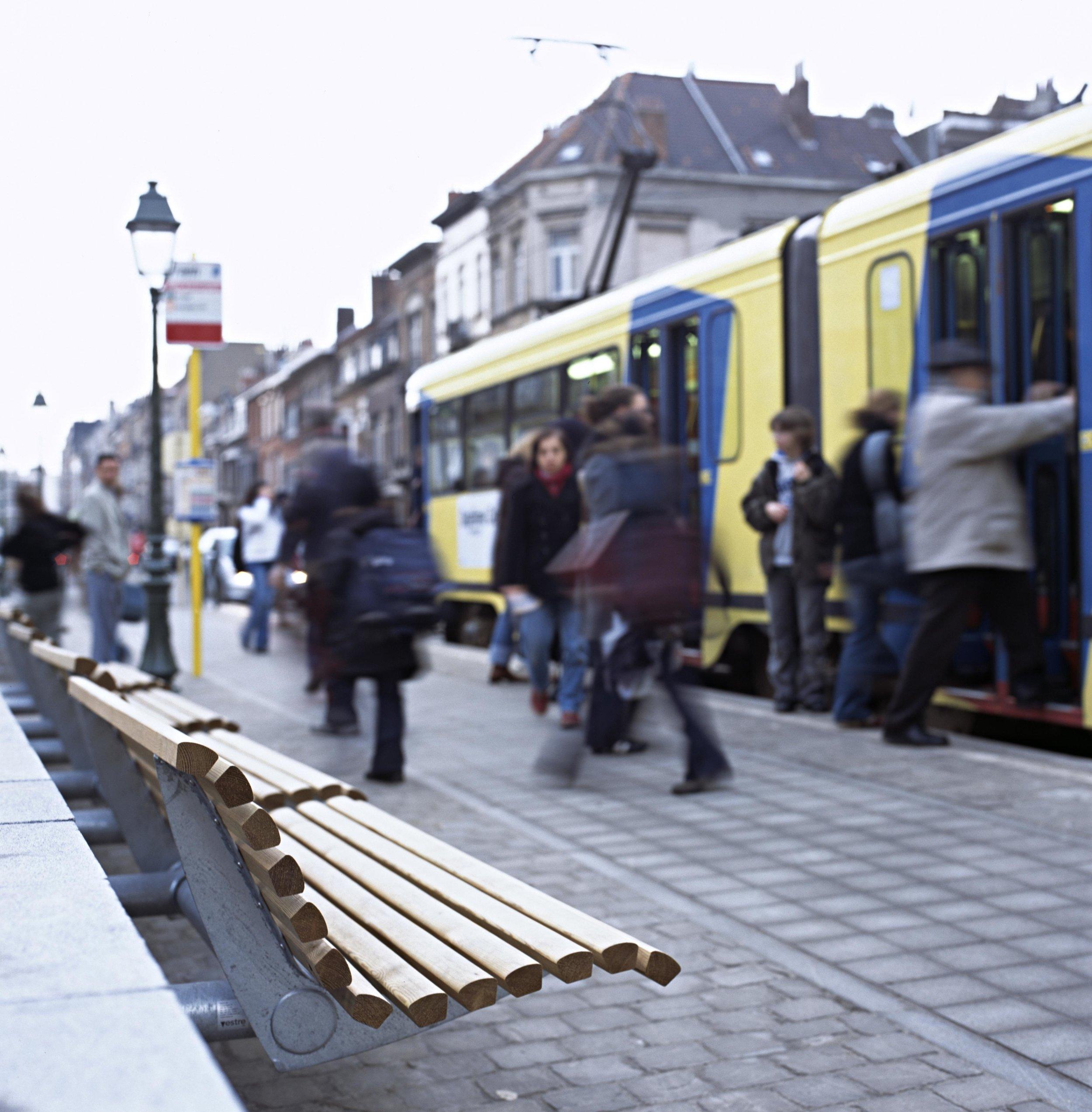 URBAN – denne serien bymøbler har preget uterom både i og utenfor Norge i mange år. Her avbildet i Brussel. Foto: Vestre Street Furniture