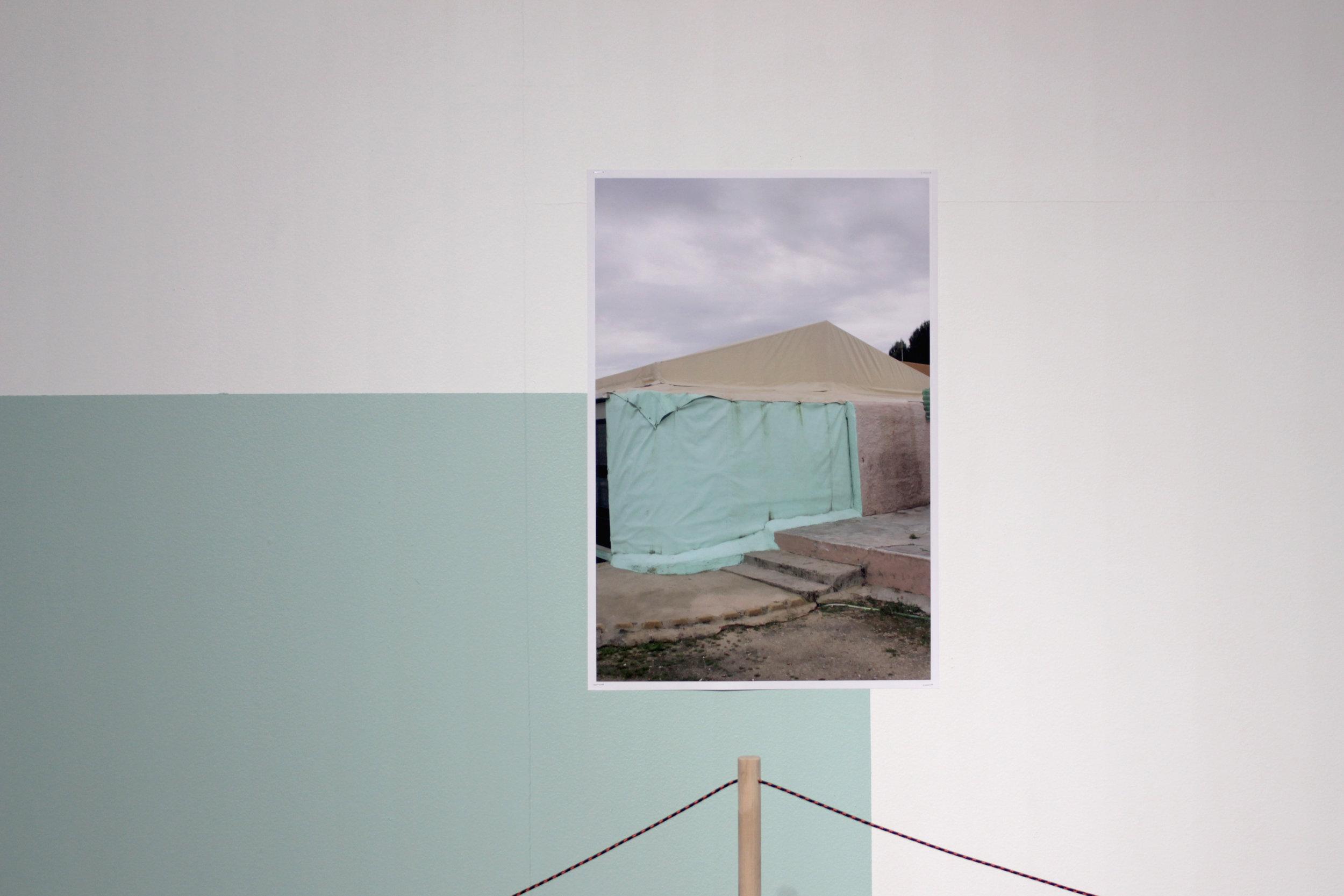 Untitled , 2018, 52 cmx 38 cm , (digital print).  Untitled , 2018, dimensions variable, (wood, rope). Foto: Audun Alvestad