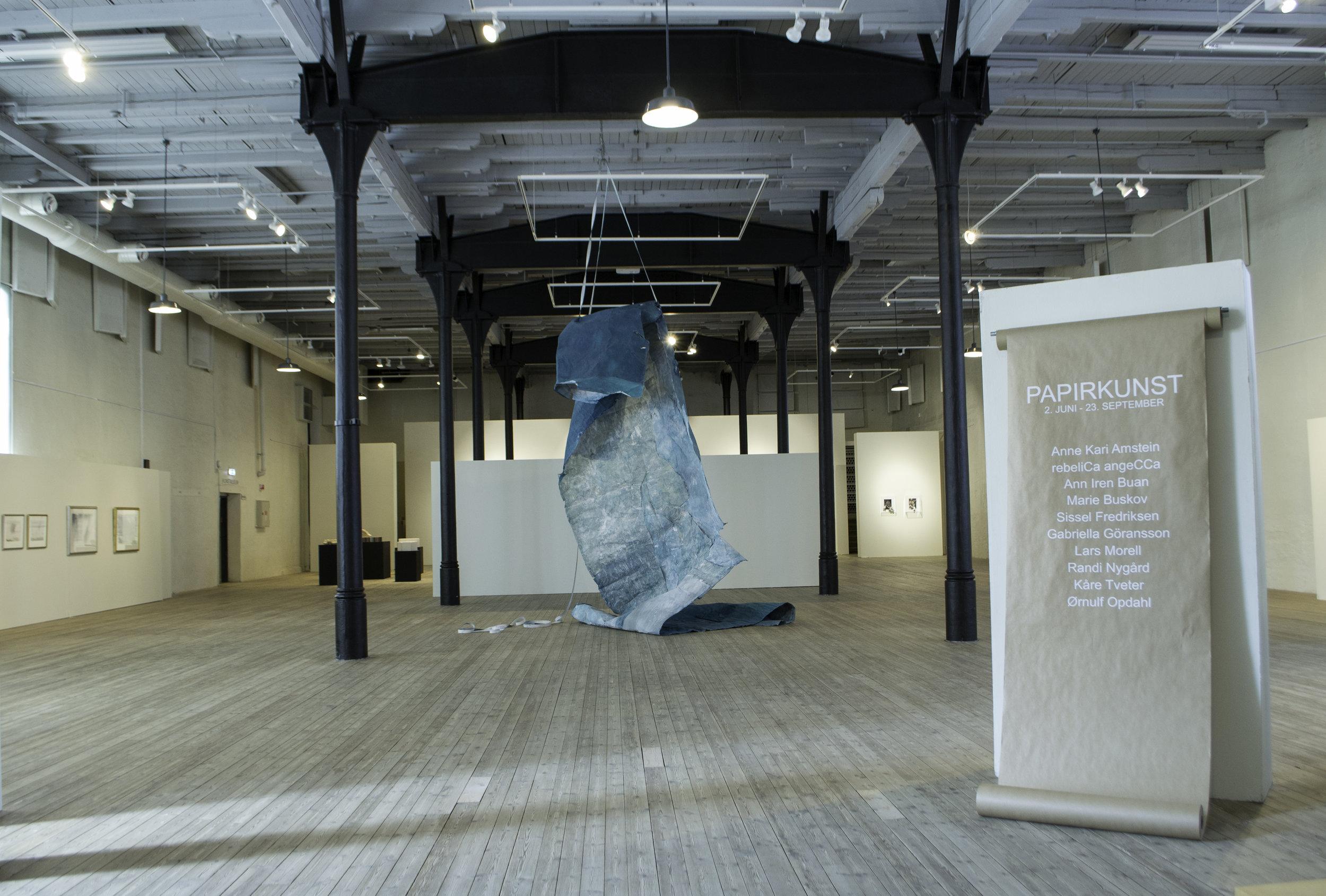 Inngangen til utstillingen Papirkunst, med Ann Iren Buans  A pull of the sun  i midten. Foto: Susanne Grina Lange, NIA