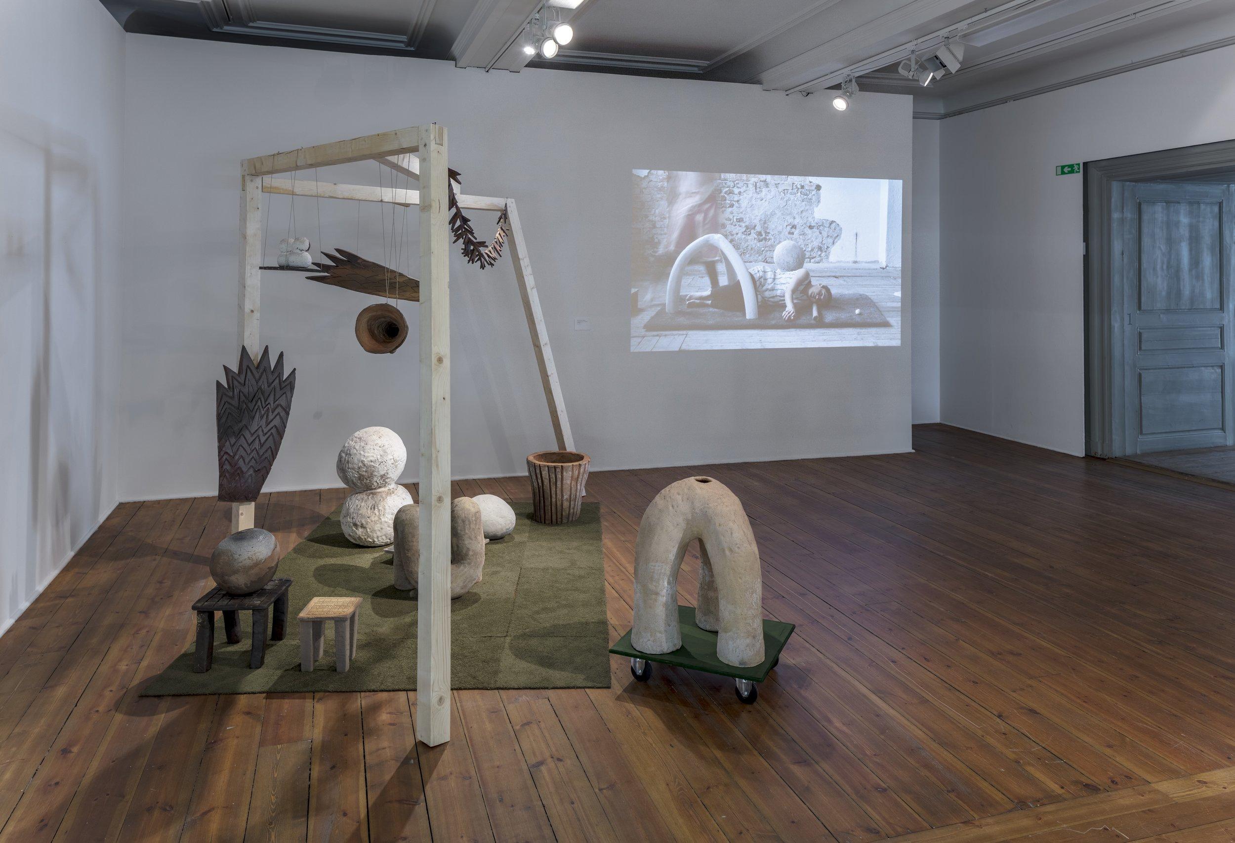 Matilda Haritz Svenson,  Paviljongen , 2018. Installation, vedbränd stengodslera. Koreografi för föremål, video, 2018. Foto: Pär Fredin