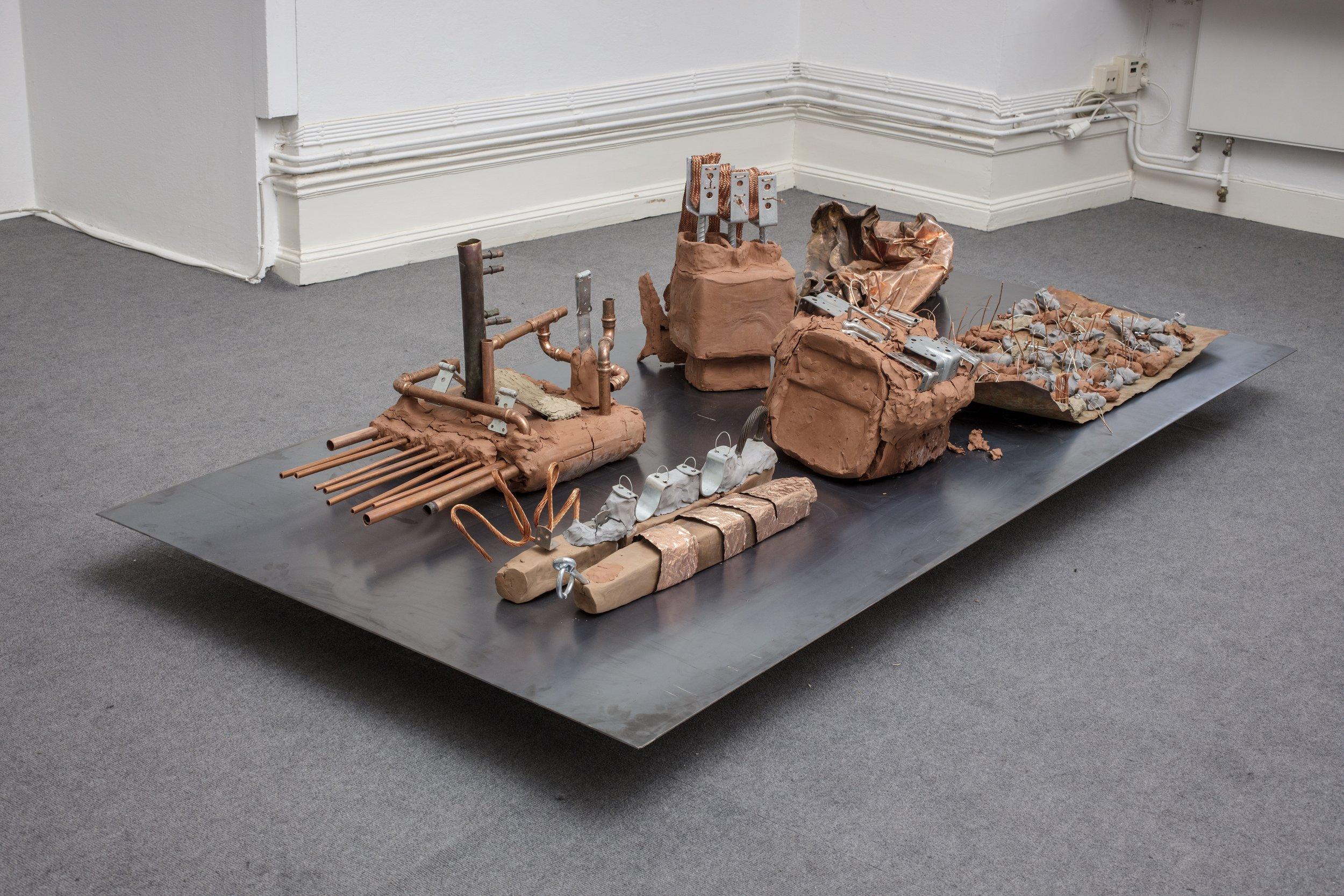 Ivana Králíkova,  Energizer , 2018.  Installation.  Lera, återanvänd koppar, zink, jordmaterial, havssalt. Foto: Pär Fredin