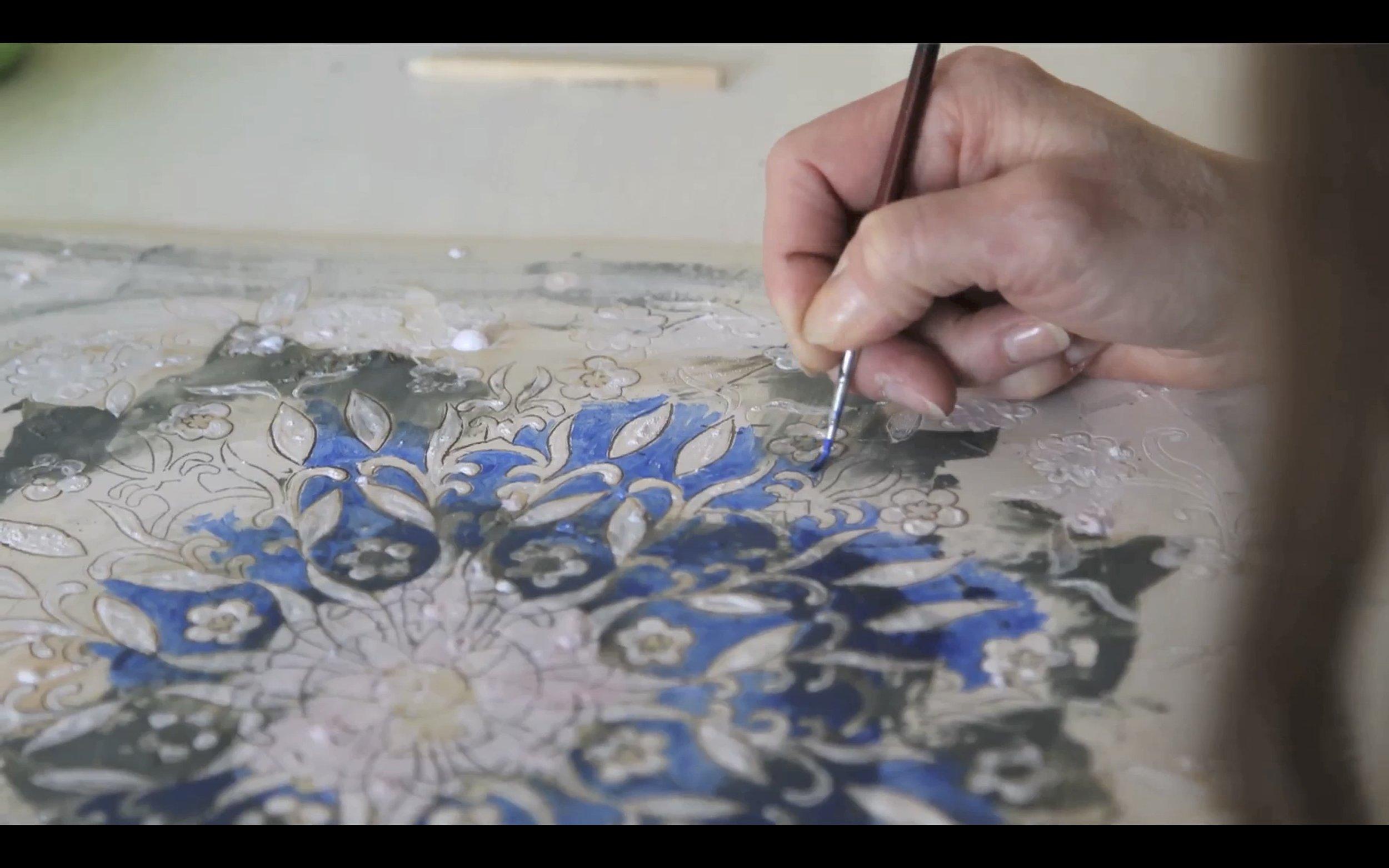 AvArt og Mona Hoel,  Blue Collar – White Collar . Rominstallasjon med dokumentarfilm og kunstobjekter. Foto: Stillbilde fra filmen