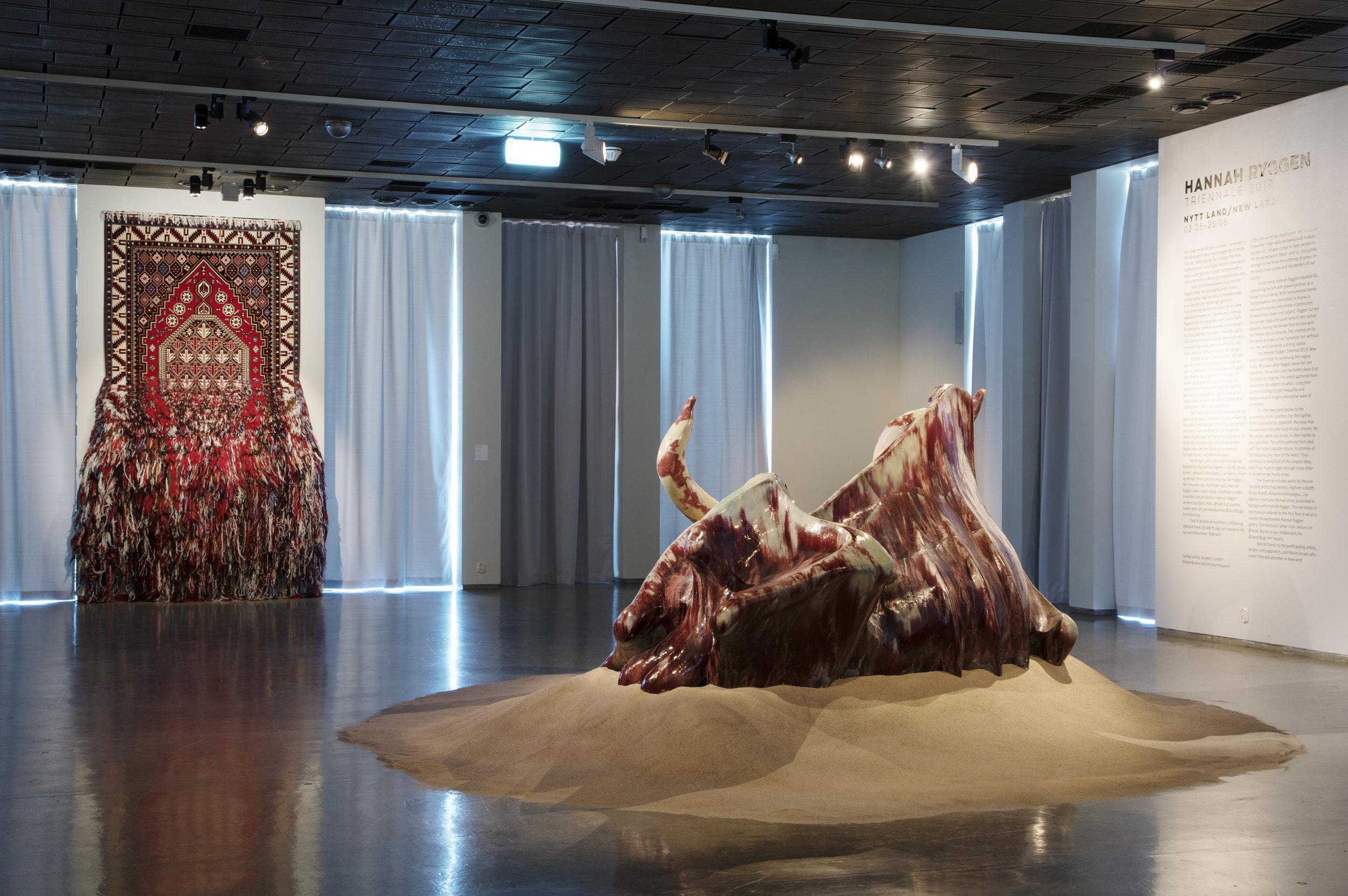 Hannah Ryggen Triennale 2019: Nytt land, Nordenfjeldske Kunstindustrimuseum. Faig Ahmed,  Gobustan , 2017 og Ahmed Umar,  Thawr, Thawra  ثور, ثورة ( Ox, revolution ), 2014. Foto: Dag-Arve Forbergskog