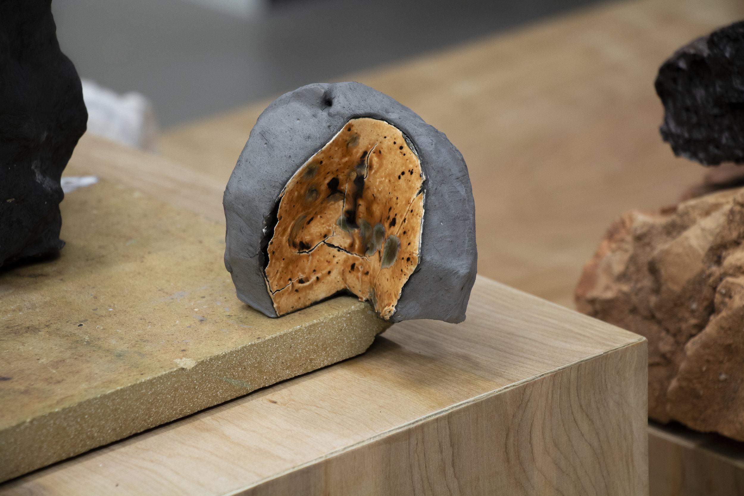 Brit Dyrnes, En tilstand, 2016. Detalj. Keramiske objekter, ulike typer leire. Foto: Aage A. Mikalsen / Kunsthall Trondheim