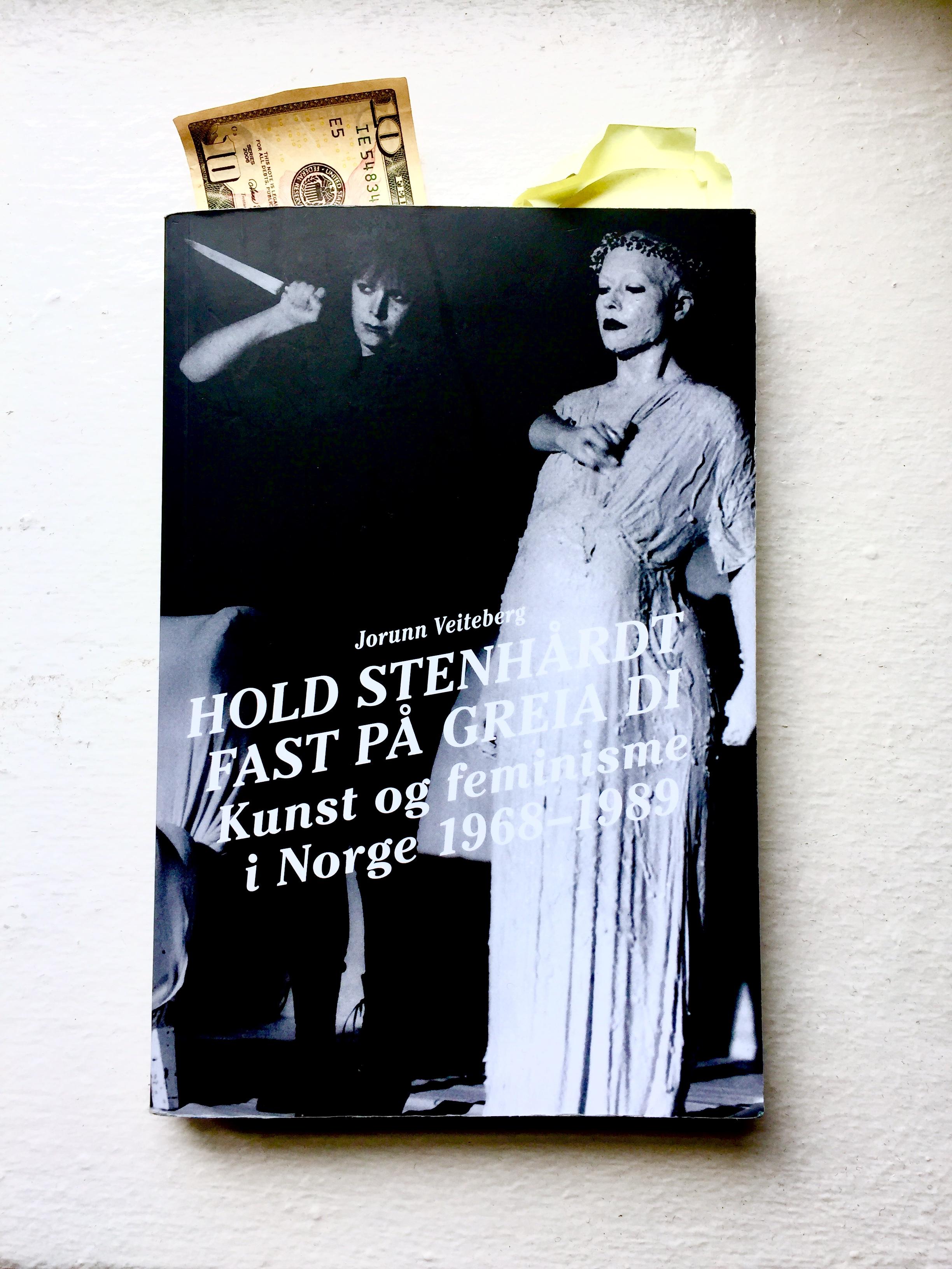 Kritiker Helene Duckers utgave av  Hold stenhårdt fast på greia di  er allerede godt brukt. Foto: Helene Duckert