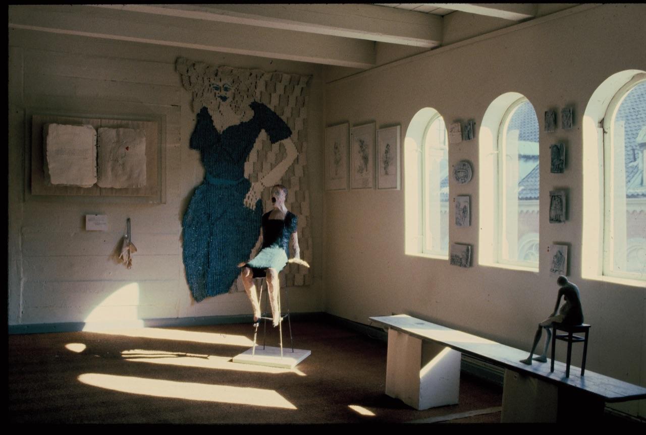 Fra Halvparten – ei utstilling om kvinner som bl.a. viste arbeider av Elisabeth Haarr og Anne Mette Stausland. Bildene fra utstillingen var ansett som tapt i en husbrann, men så ble ni lysbilder funnet i en boks i en garasje. Dette er ett av flere fotografier i boken som aldri før har blitt vist.