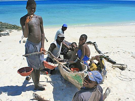 Guludo fishermen and kids (1).jpg