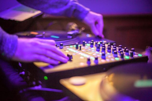 DJ Skyhook fills cidery tonight with the best music of the 90s tonight at 8pm.  Get jiggy with a playlists that includes hip hop, soul, g-funk, grunge, rap, reggae, contemporary R&B and urban music...complete with a light show!  Weekend Hours: Friday 4-10pm Saturday 1-10pm Sunday 1-8pm  #90sdanceparty #farmforlife #penningscidery #pickcider #cidercountry #hudsonvalleycider #cidergram #warwickny #hudsonvalleylife #danceparty #djskyhook
