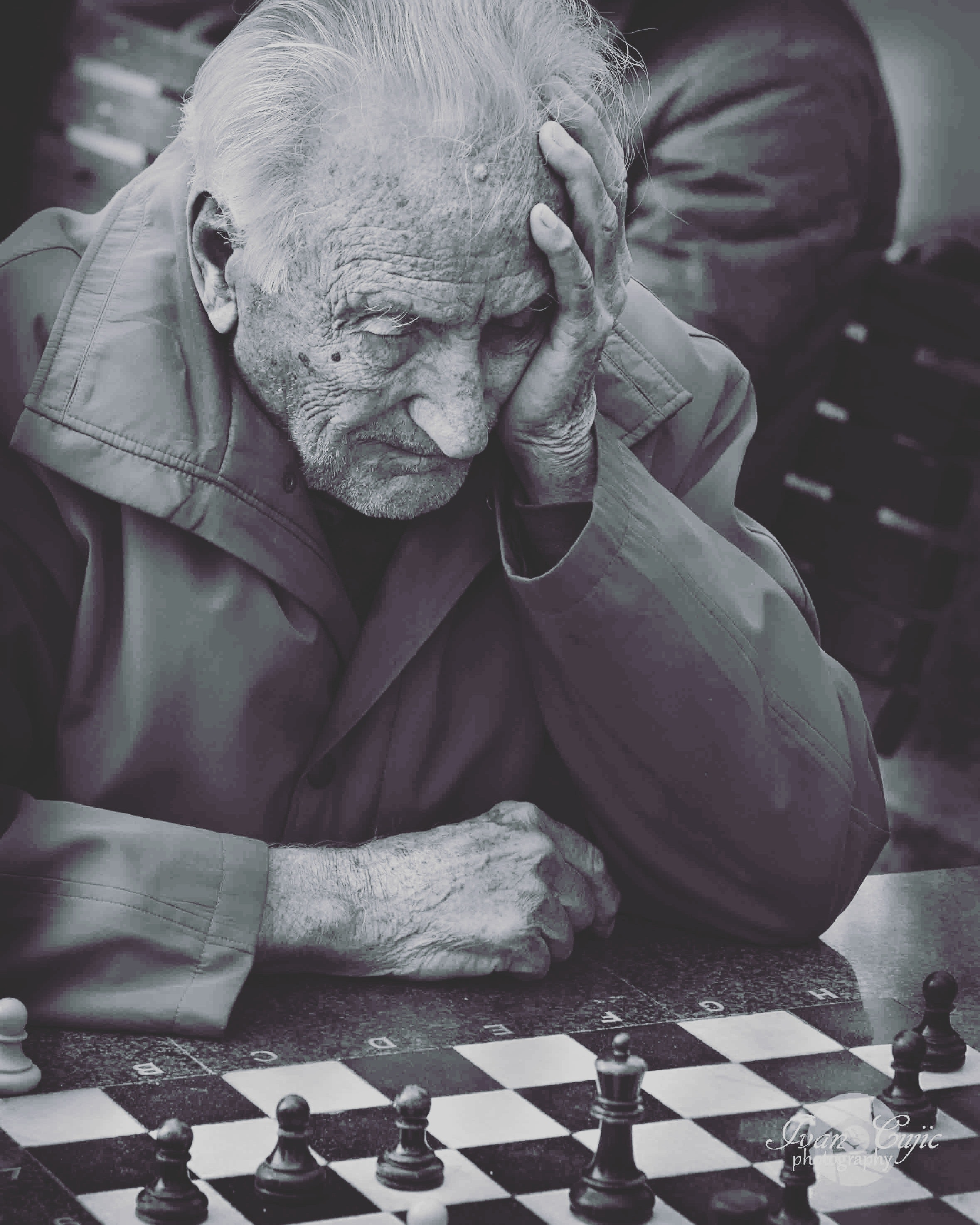 black-and-white-chess-elderly-101664.jpg