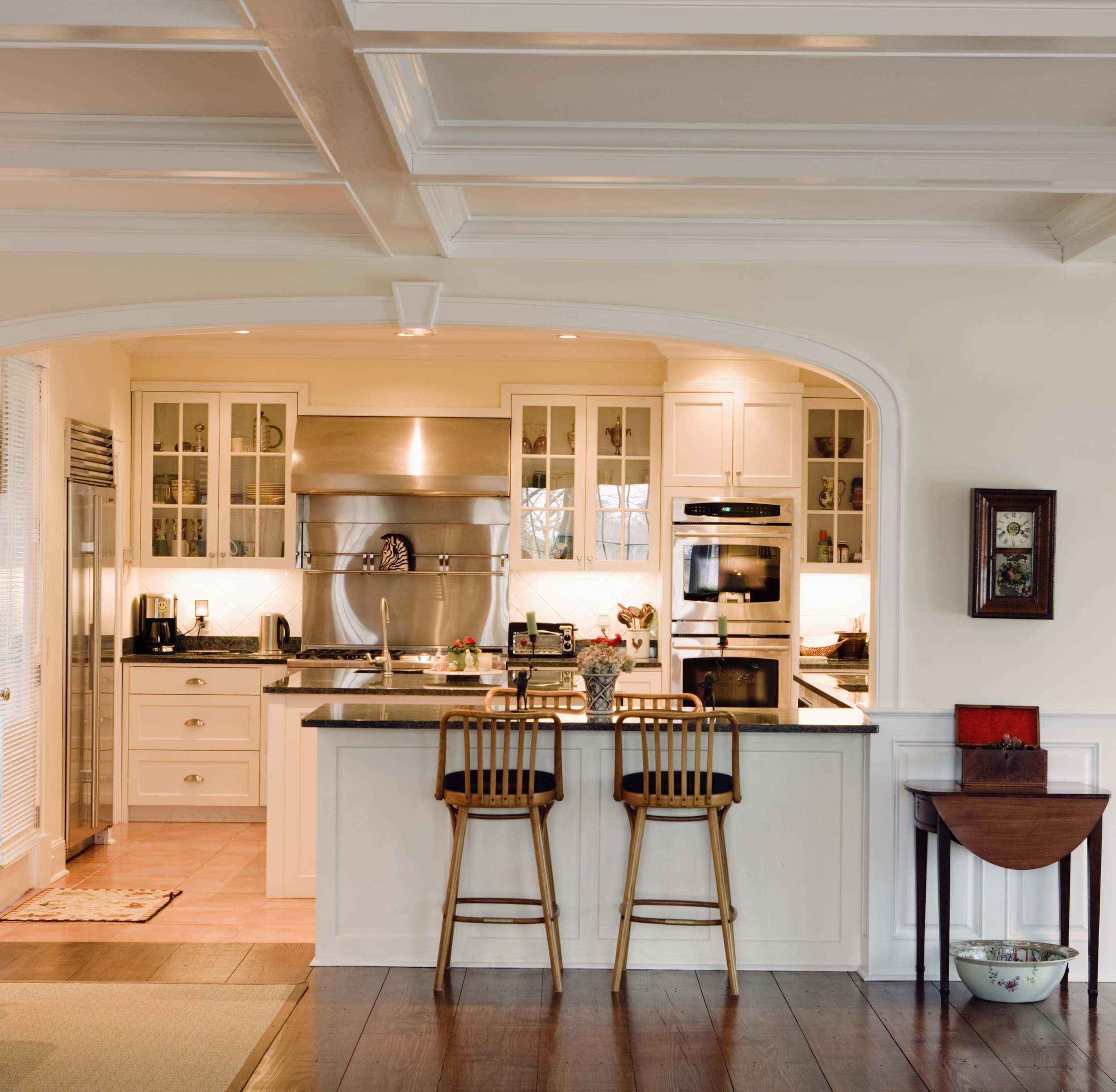 Transitional Design (shown here)borrowing from traditional moulding elements withclean crisp contrasting colors that create a distinguishedkitchen space.