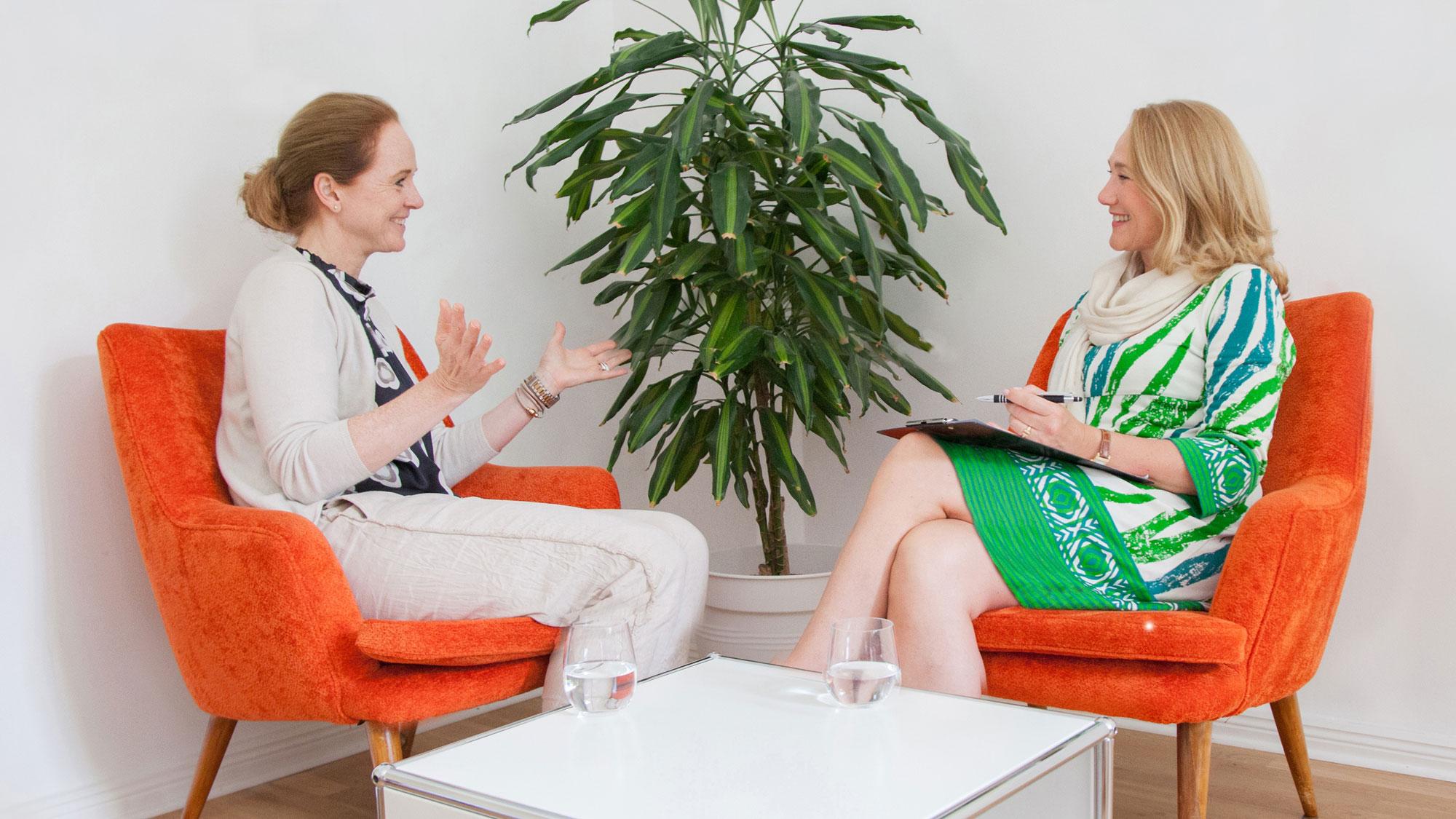 Life-Coach-Sabine-Samonig-Berlin-mit-Kundin-beim-Stärkencoaching-mit-Gelassenheit-glücklich-werden