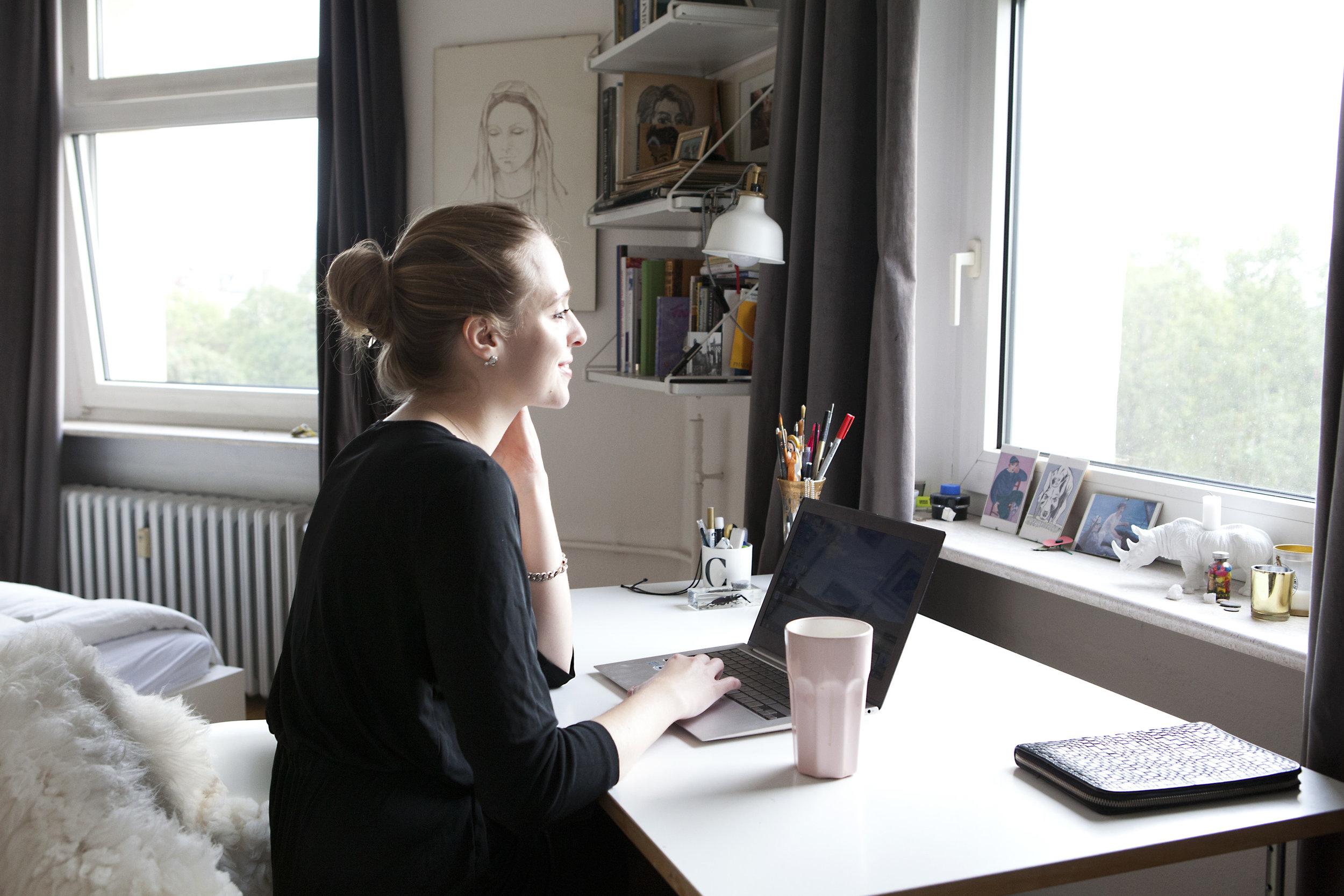 Frau am Schreibtisch mit Laptop Selbstbranding