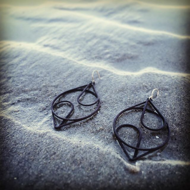 A quick stroll on Ogunquit Beach. The water is so cold that it leaves zig zags in the sand.  Check out the XLD Continuous design Medium in black: xldesigns.etsy.com  #3Dprint #3Dprintedjewelry #3Dprinting #3Dprinted #sidehustle #success #jewelry #hoops #makers #makeraddictz #etsy #etsywholesale #sculpteo #shapeways #design #designers #accessories #boutique #jewelrygram #picoftheday #geometric #continuous #XLDesigns #xiomaralorenzodesigns #Ogunquit #Beach #LeaveMeAtTheBeach #ActuallyItsTooCold