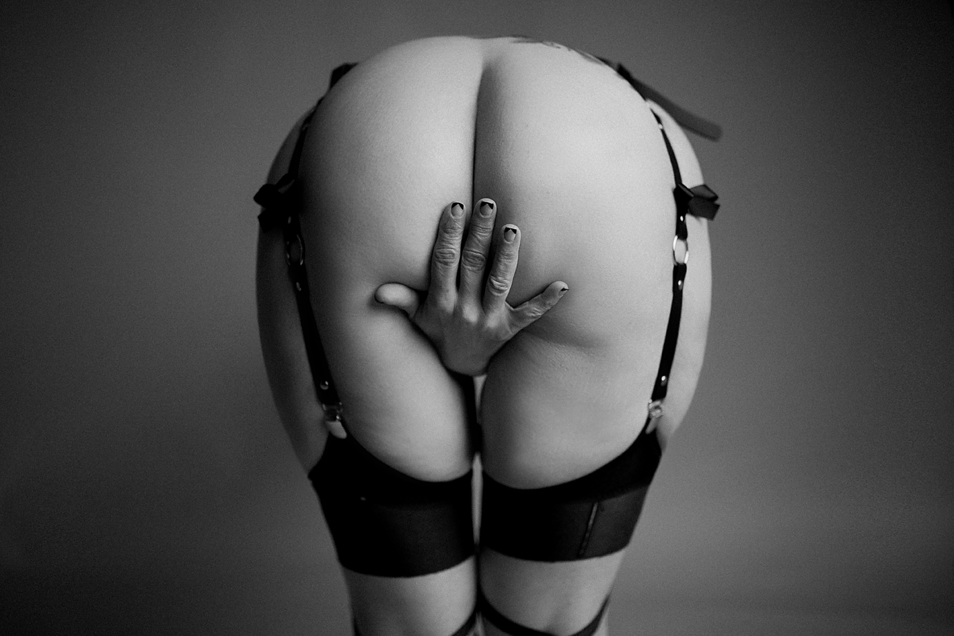 orange-county-boudoir-photography-nude-sexy-black-and-white-butt-bondage.jpg