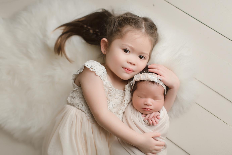 irvine-newborn-photographer-siblings-big-sister-sisters-oarnge-county-natural-studio.jpg