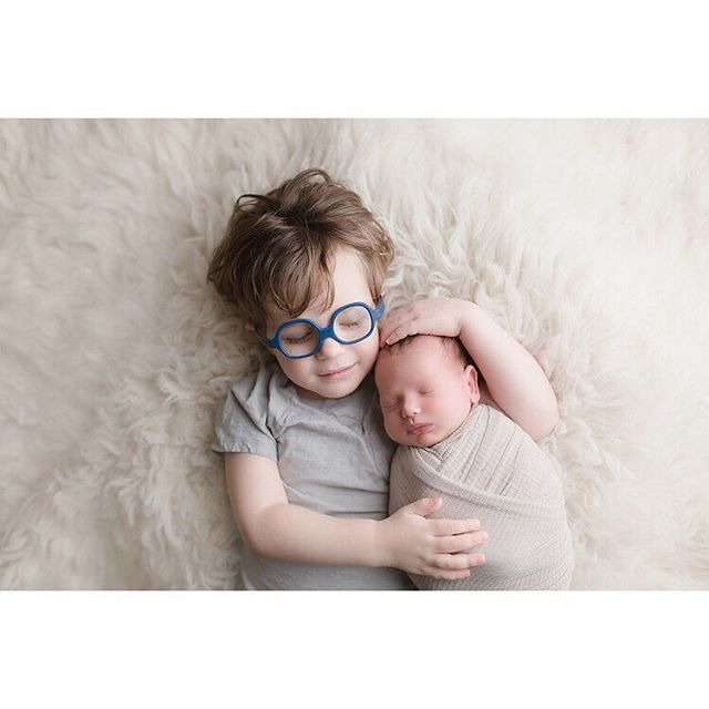 Brotherly love 👶🏼🧑🏼💕 . . . . . #lanewbornphotographer #losangelesnewbornphotographer #ocnewbornphotographer #orangecountynewbornphotographer #newbornshoot #brothers