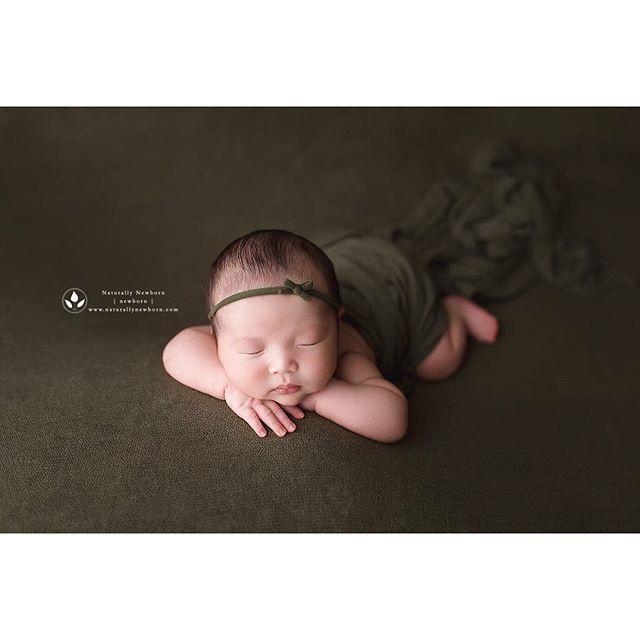 I looooooove green. Especially on girls. 💚💚 backdrop: Freebird Prop Shoppe . . . . . #newbornphotography #lanewbornphotography #losangelesnewbornphotographer #ocnewbornphotographer #orangecountynewbornphotographer #newbornshoot #green #babygirl
