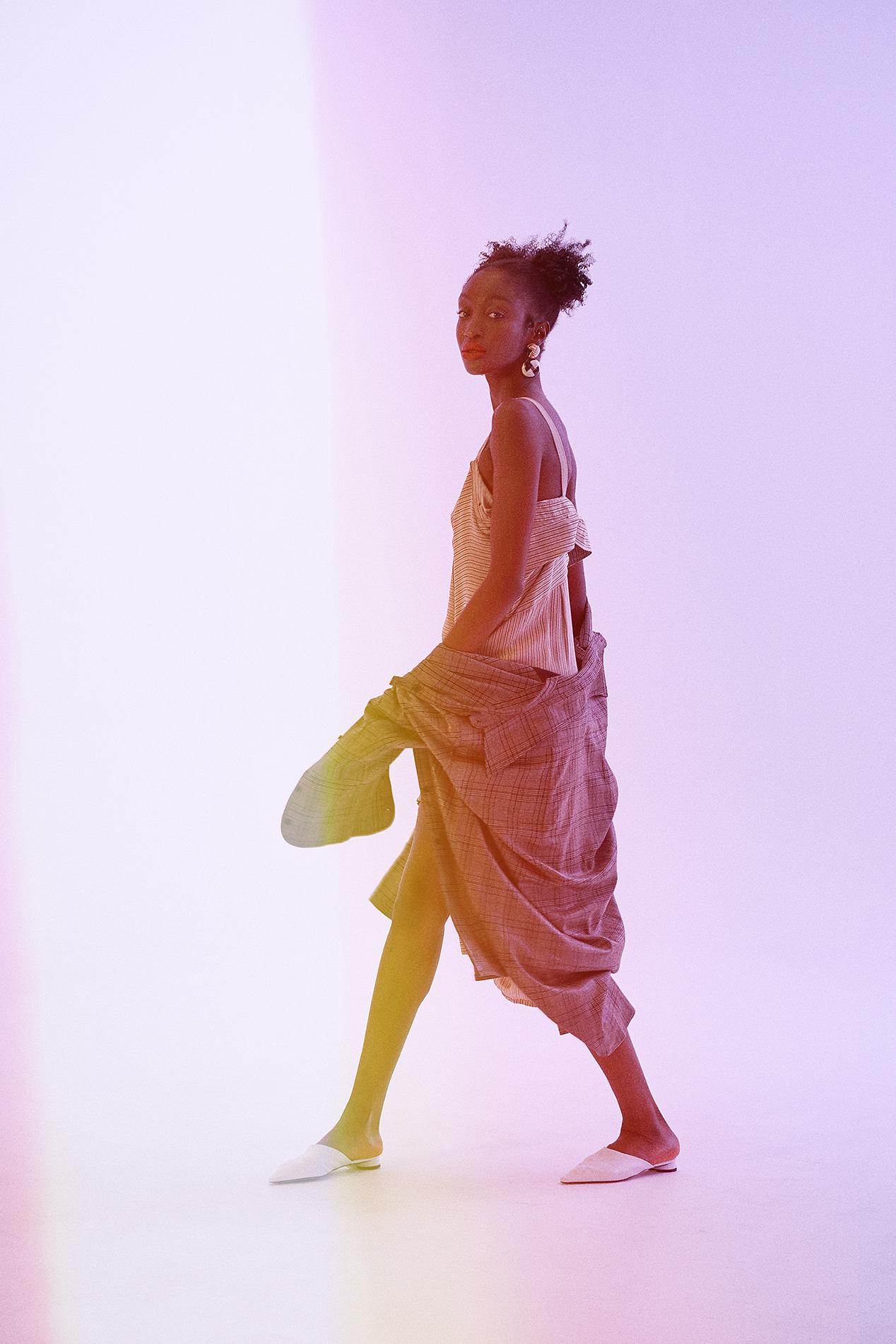 Jacket : HUØNG NGUYEN     Dress : HUØNG NGUYEN     Earring : Zara        Shoes : Zara