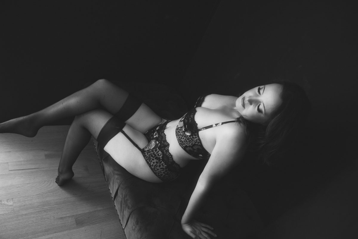- ★★★★★Petra is a master with lighting and photographing the female form and knowing the flattering angles and poses! She made me feel so comfortable and at ease and the whole experience was very empowering.