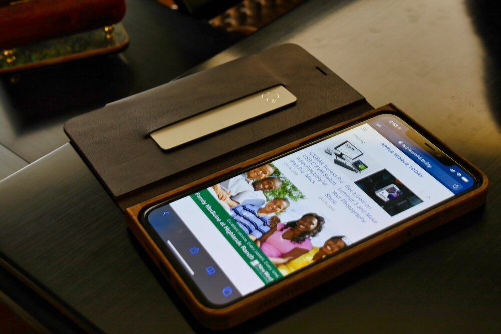 Grovemade's Walnut & Leather iPhone Wallet Case: Simply Beautiful