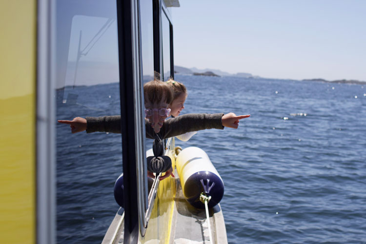 Kids-pointing-from-boat-tour-tofino-bc.jpg