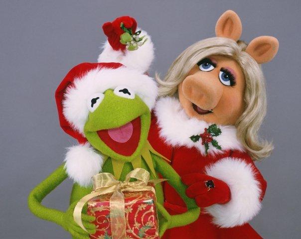 Piggy Kermit Mistletoe.jpg