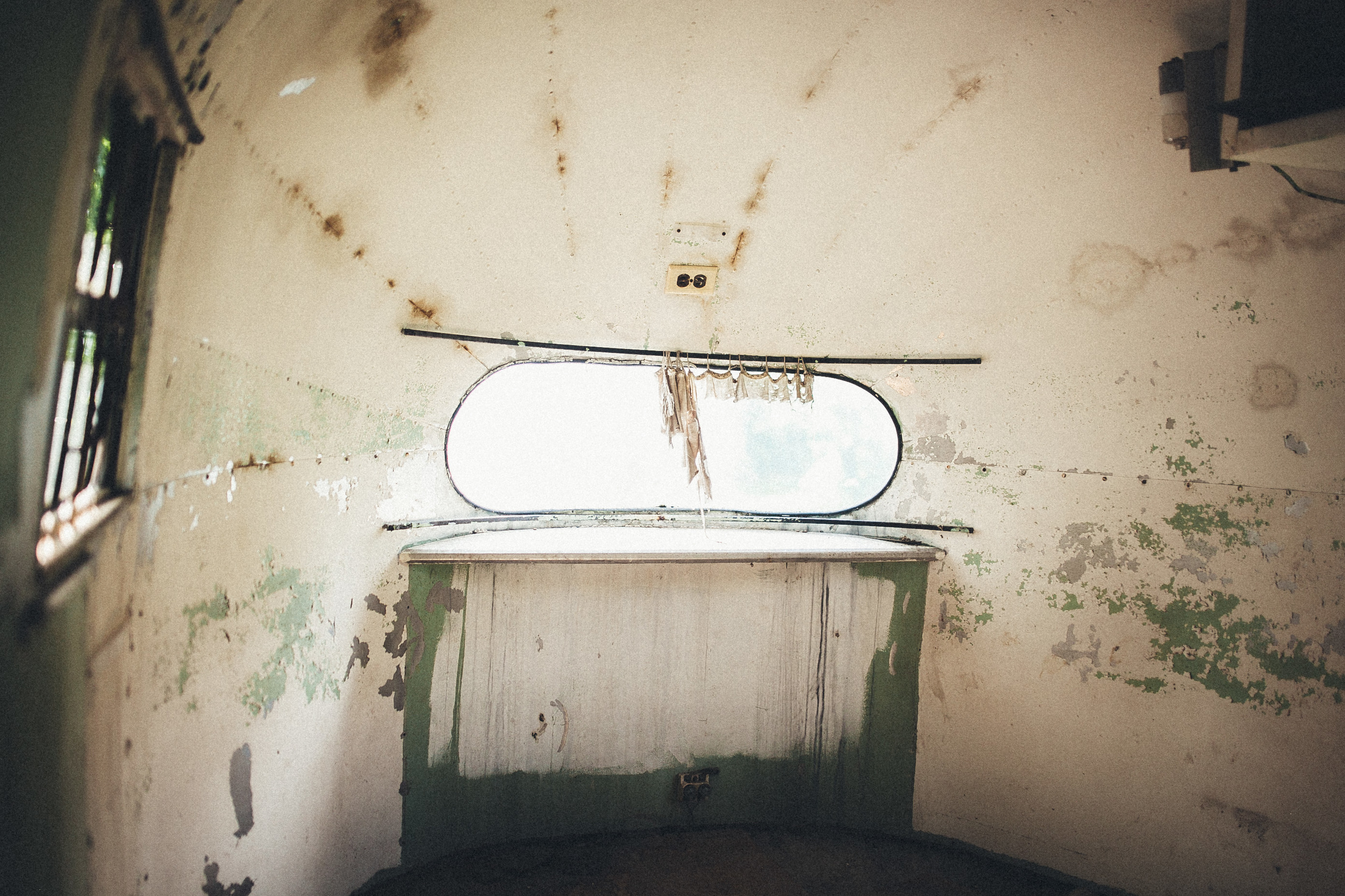abandoned-airstream-3669.jpg