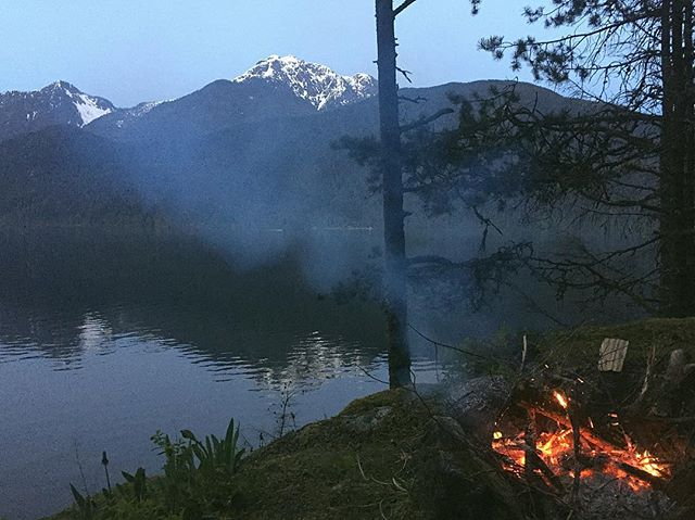 It's hard not to be inspired by a place like this... ✌🏻#aboveandastray #aboveandastrayapparel #local #604 #vancouver #thewanderers #explore #explorer #exploretocreate #explorebc #lifestyle #nature #naturephotography #hike #campfire #fire #view #scenic