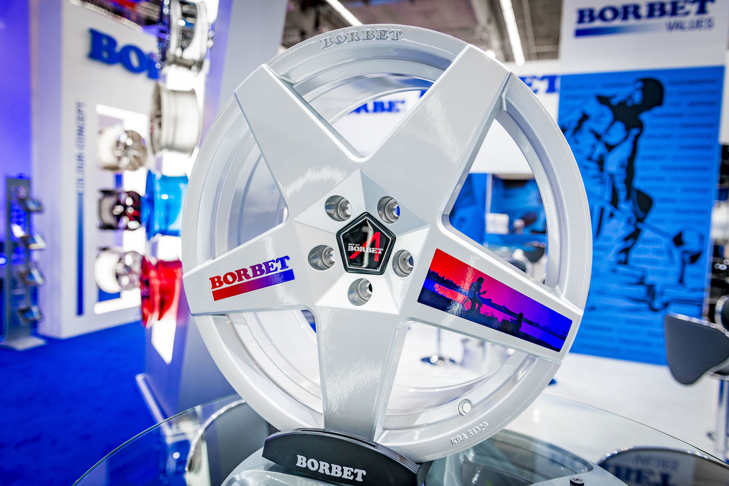 Borbet presents alloy rims finished using Omnifire technology, which, unlike other methods, also enables complex color gradients.