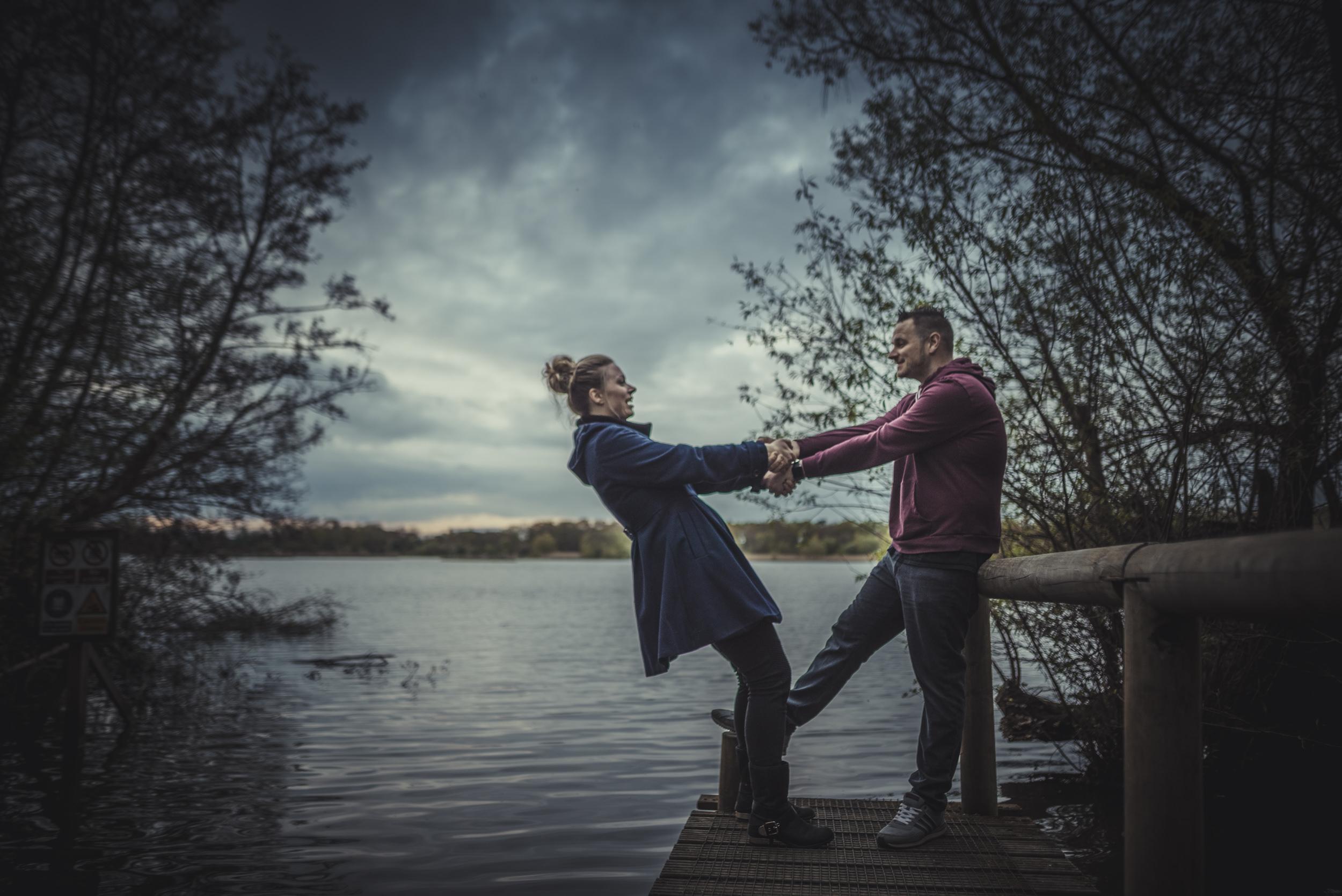Hannah-and-Sam-Engagement-Sesion-in-Fleet-Pond-Hampshire-Manu-Mendoza-Wedding-Photography-100.jpg