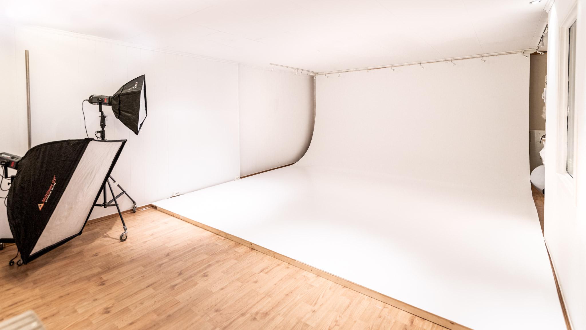 I studio 2 finner du plassbygd cyclorama / buet vegg som gir et veldig rent fotostudio å jobbe i, her kan jeg fotografere alt fra 100% hvit og så graderinger av grått hele veien til nærmest sort bakgrunn. Dette studioet er det jeg bruker på større grupper mennesker.
