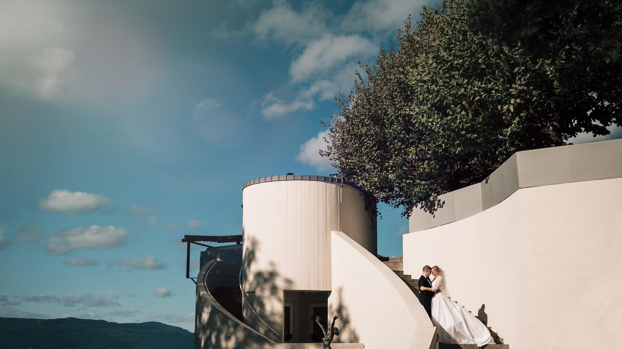 Brudepar fotografert i trappen på restauranten på Ekeberg med utsikt over Oslo