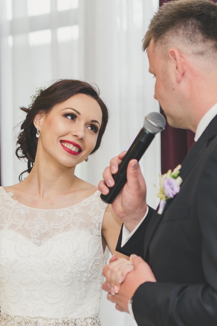 implicare si eleganta - ziua nuntii poate veni cu o incarcatura emotionala puternica, si singurul mod prin care te poti pregati pentru acest aspect este sa ai alaturi de tine oameni dedicati si implicati in lucrurile pe care le fac.
