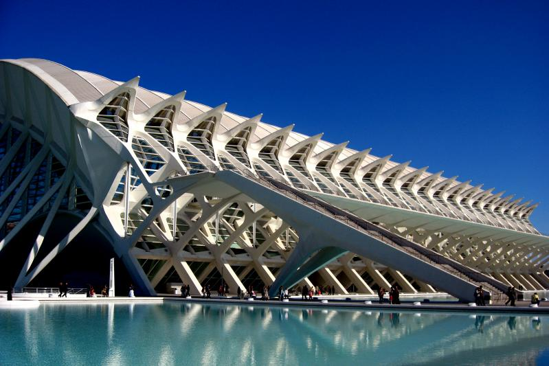Perfect leading lines on Valencia's waterfront (photo by Haje)