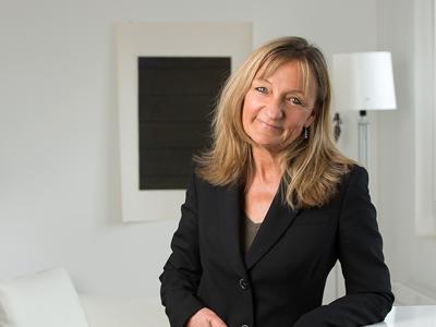 Votre instructrice - Etudes en ethnologie, psychologie et sciences de la communication à l'université de Zurich. Formations continues en médiation interculturelle, psychothérapie brève orientée solution, PNL (master-practitioner), Hypnose (OMNI Certified Instructor & Hypnothérapist, Zulauf Communication) en Suisse et aux USA. Elle travaille depuis des années comme Business Coach en Suisse et à l'étranger. Elle est chargée de cours à la MBSZ à Zürich (Brevet Fédéral de Business Coaching) et est la fondatrice et directrice du OMNI Hypnosis Training Center Suisse/Rhône Alpes ainsi que du centre de coaching mhp-coaching.