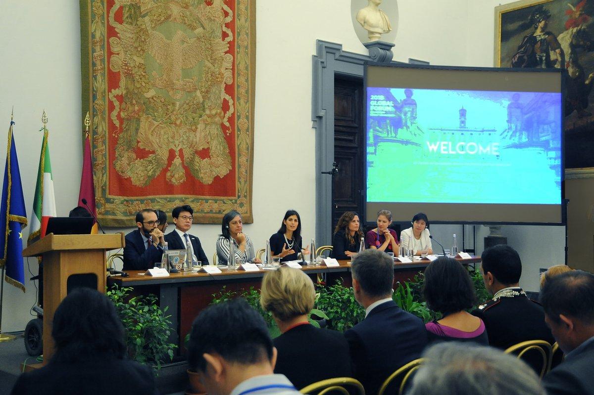 Откриването на форума за Модерна Директна Демокрация. В средата е Вирджиния Раджи, кметът на Рим, който днес и сега прилага принципите за реално гражданско участие.