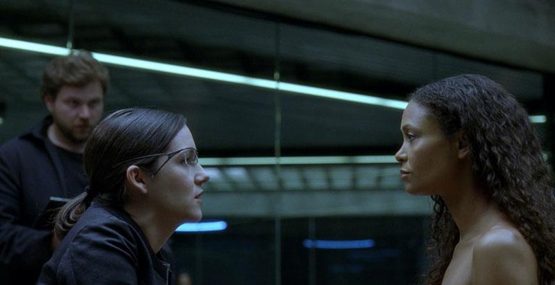 Elise Hughes (Shannon Woodward) analyzing Maeve (Thandie Newton)