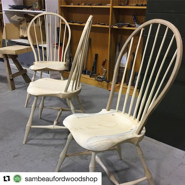 #Repost @sambeaufordwoodshop (@get_repost) ・・・ Windsor Chairmaking with Woodshop Director Luke Barnett @barnettchairs #windsorchair #furniture #craftsman #lenaweecounty #greenwoodworking #handtools #balloonbackchair