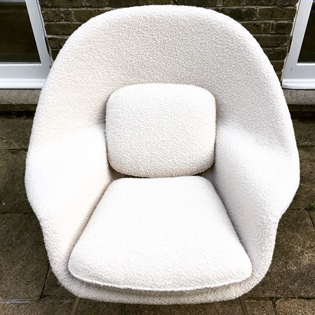 So cosy.... Womb chair and Footstool in @zinctextile Zumirez Moonbeam for @gold_is_a_neutral #upholstery #wombchair #creambouclé #renewdontbuynew