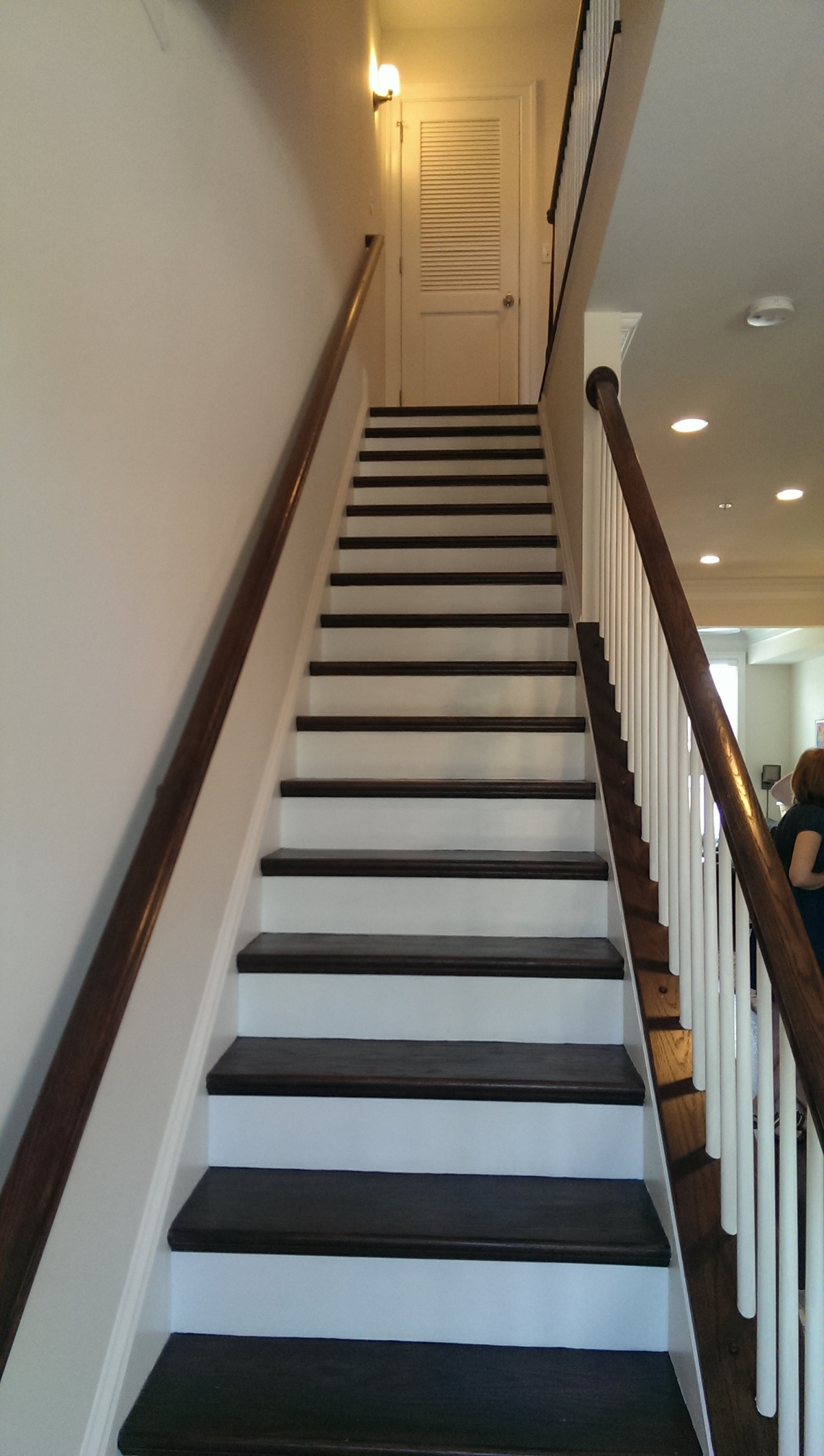 Interior stairwells include the riser height and thread for each staircase.