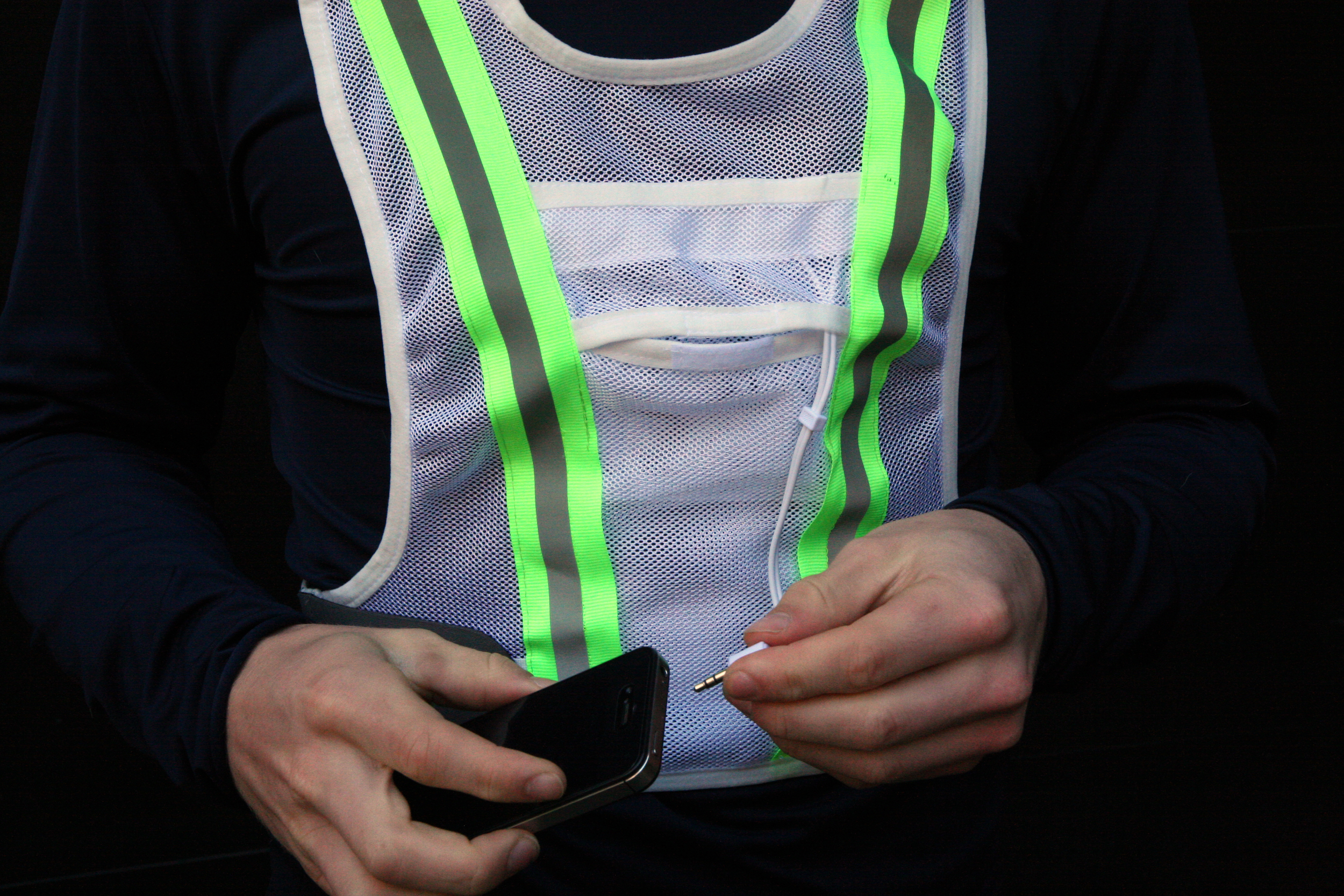 • Larger devices such as smart phone will fit in the pocket between the reflective strips. Use the smaller inside pocket for keys, gels, cards, etc.