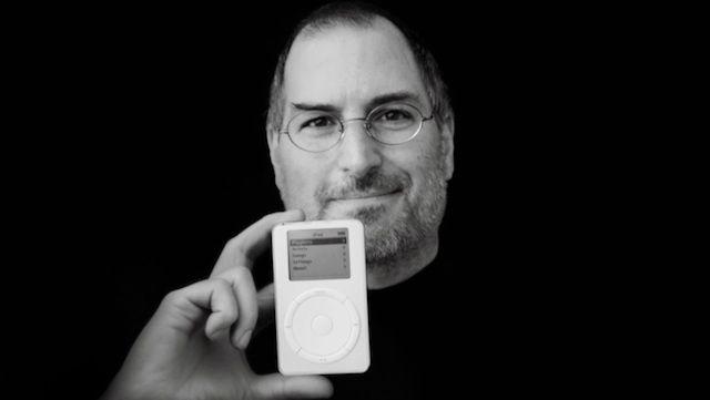 Steve Jobs, mostrando el 1er iPod de la Historia (2001)